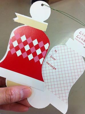 ↑ベル型のメッセージカードに願い事を書いてウィッシュツリーに飾りましょう!