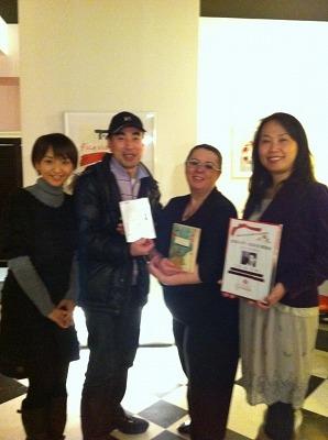 津軽弁での朗読・ささきまことさん(左・2番目)スペイン人のエンマ・サンチェスさん(右・2番目)標準語での朗読・乗田夏子さん(右)