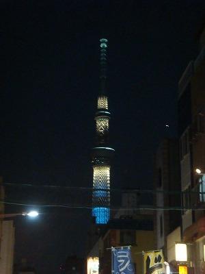 夜のスカイツリー!ブルーに輝いている姿がなぜか私には美味しそうに見えます。