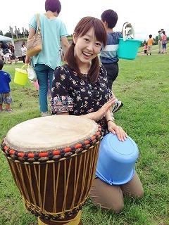 バケツ太鼓に挑戦。手前にあるのがジェンベです!