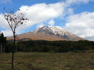 岩木スカイラインより。 この時期しか見ることのできない雪と紅葉。