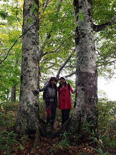 撮影スポットで米さんと(^^) 木の根っこ同士が繋がっているんです!