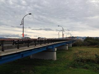 現在の乾橋。橋の下は岩木川が流れ、橋の上からは岩木山を望むことができます。