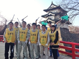 弘前城を背に…