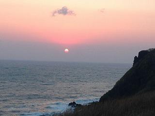 水平線に沈む夕日。沈むときにじゅっと音がするとか?!