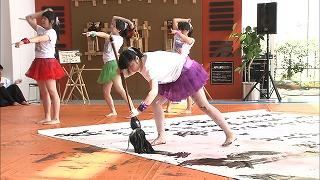 """部長の田中さんが書いているのは、 """"無限""""という大きな文字!"""