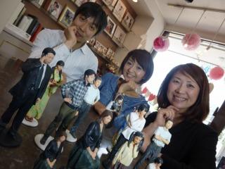 奥山社長とスタッフの和田さん。そしてフィギュアの皆さん。お世話になりました。