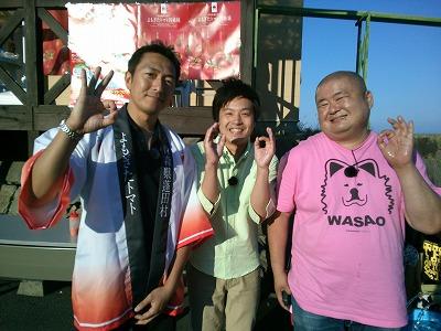 蓬田村役場の八戸さん(写真左)