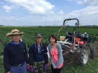 生産者の鶴谷正さん(左)と山田孝さん。(8月の収穫の様子)