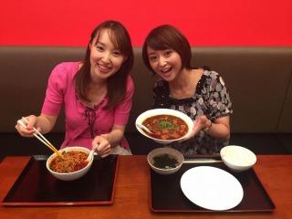 台湾ラーメンと四川風麻婆豆腐。料理も背景も赤い!