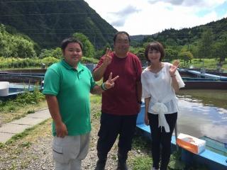 養殖場の(右から)前田さんと十三さん。お忙しい中、インタビューにお答え頂きありがとうございました。