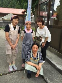 農家レストランしらかみのお母さん方と。美味しいお料理をありがとうございました。