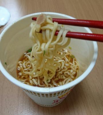 箸で持った麺の上です