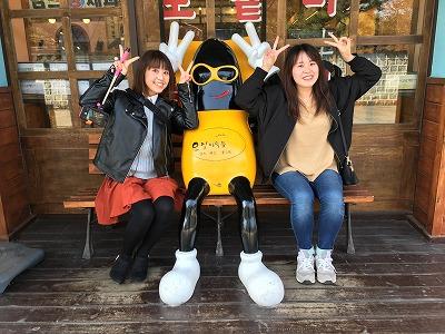 道端で見つけた不思議なキャラクターとピースする小野姉妹