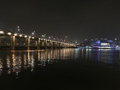ソウルの真ん中を流れる漢江から眺める夜景