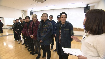 LIKIYAさん(前列右から2番目)は三沢市出身