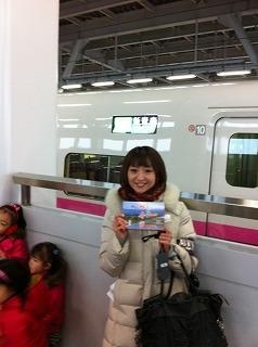 新幹線開業の生中継を終えて新青森駅で。牛肉弁当とともに。